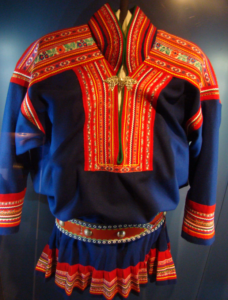 typisk samisk folkdräkt